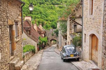 Средневековый городок на террасах скалы